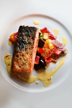 Salmon al azafran con verduras